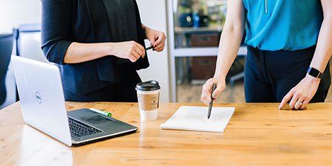 foto met twee mensen aan bureau